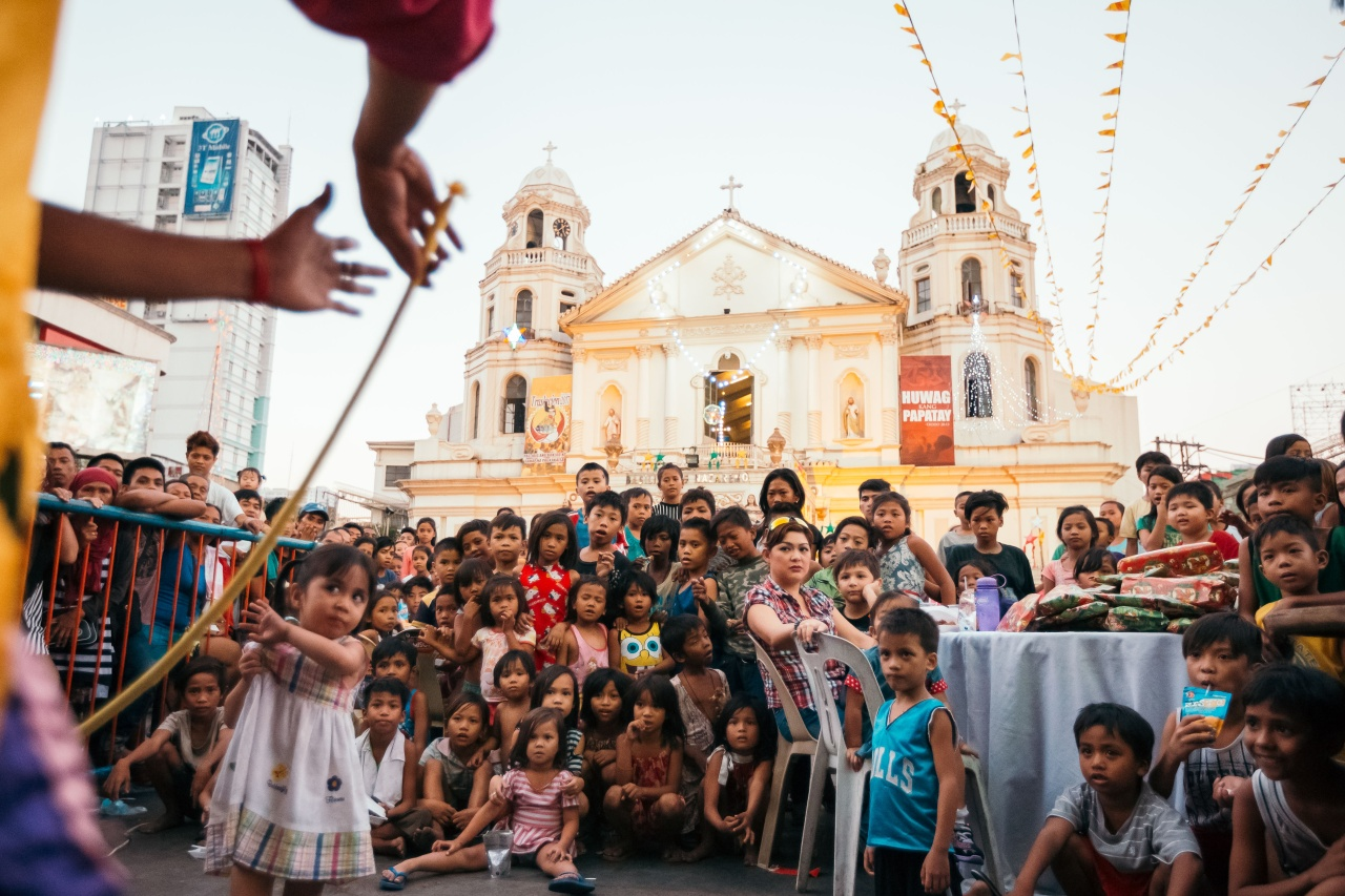 For the past three years, police officer John Guiagui has organized Christmas shows for street children of Quiapo church.