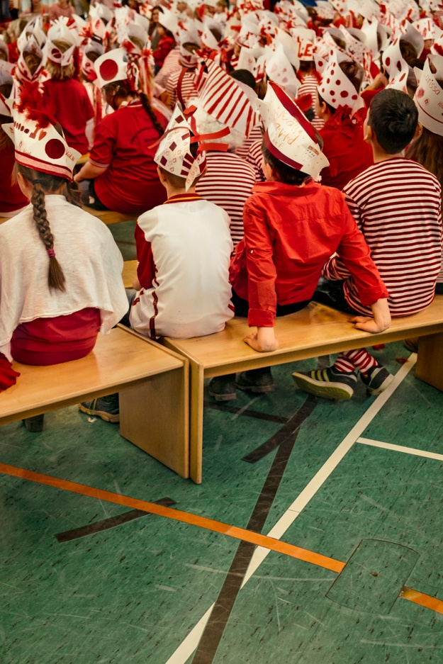 1. Students dressed in red and white celebrate the appearance of the triumvirate. / 2. The triumvirate and adjutancy get emotional at the end of the Rosenmontag parade.