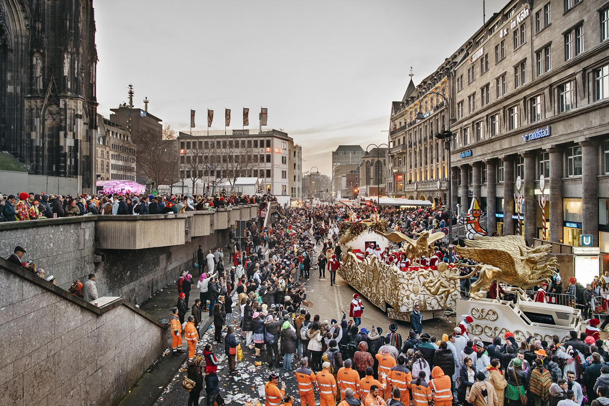 The prince's float passes the cathedral of Cologne.