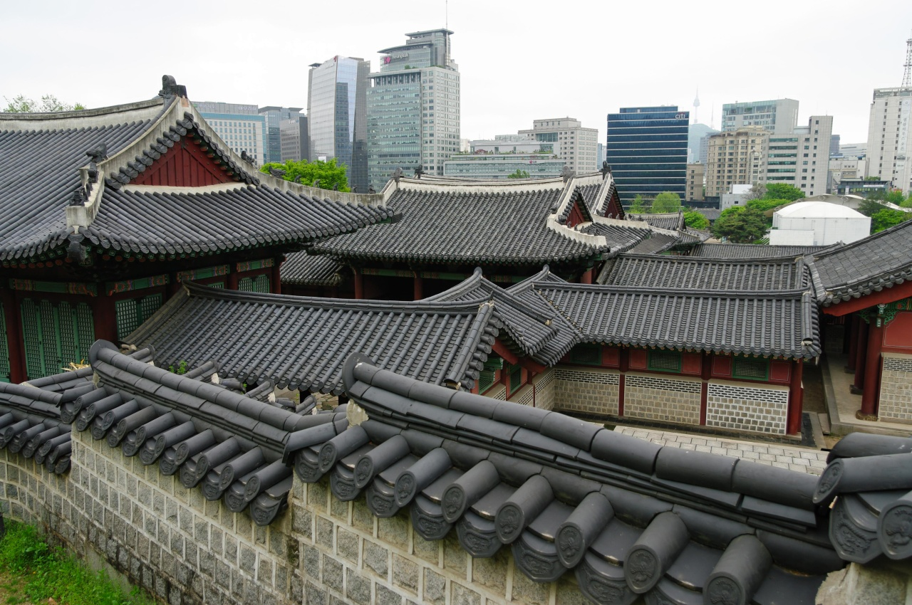 Ancient and modern architecture in Seoul. (Photo by Emmanuel Dyan)