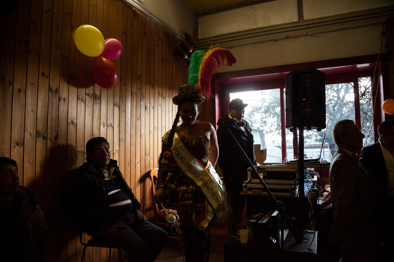 The election of the Reina of the Bolivian Carnival in a senior center in the neighborhood of Rebibbia.
