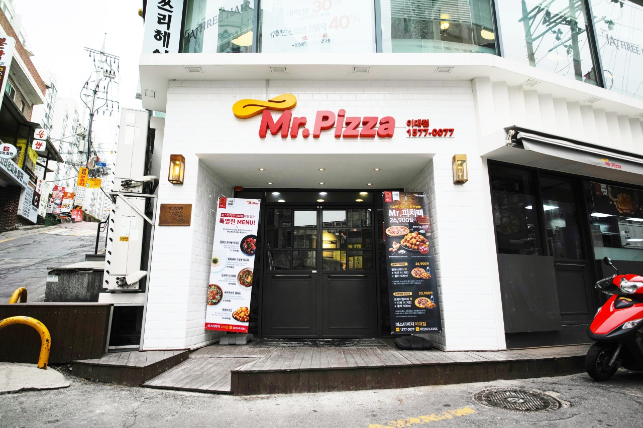 Mr. Pizza outlet located near Ewha Womans University in Seoul.