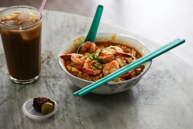 Bourdain eating Sarawak laksa at Choon Hui Cafe.