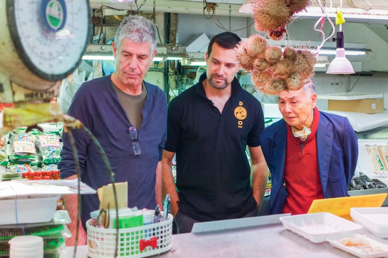 Bourdain with James Pankiewicz (middle) and Master Hokama Tetsuhiro (right) at Makishi Public Market in Naha, Okinawa.