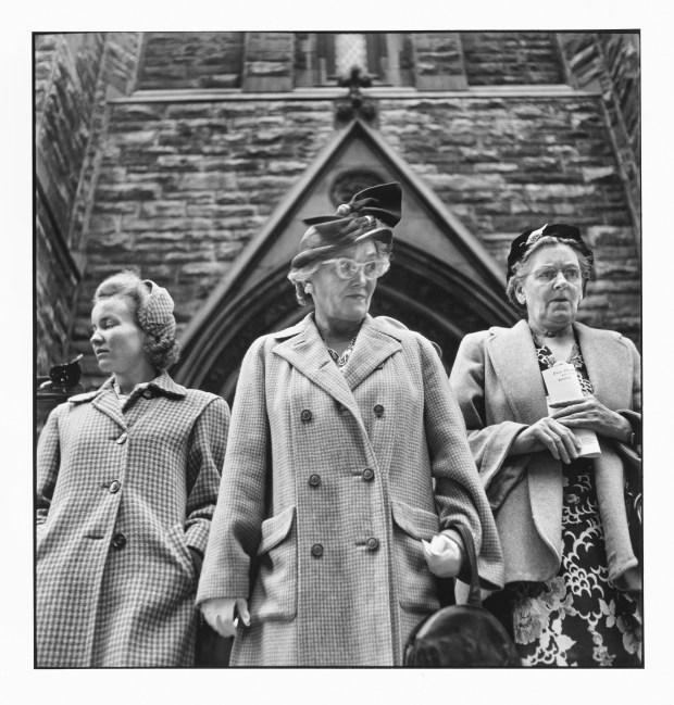 Outside Presbyterian Church on Sixth Avenue (© Elliott Erwitt / Magnum Photos Courtesy: Carnegie Library of Pittsburgh)