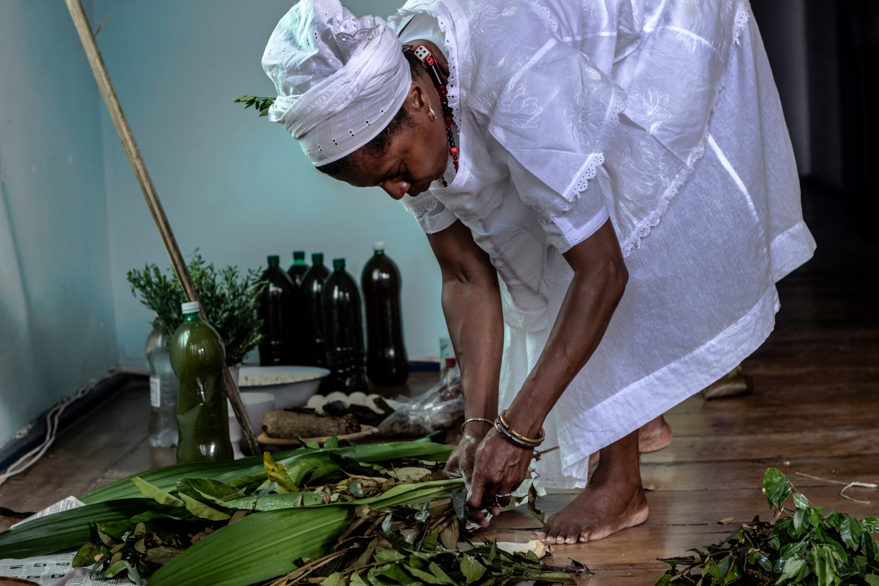 Marta separates a bundle of plants for the energetic cleansing of each member of the household.