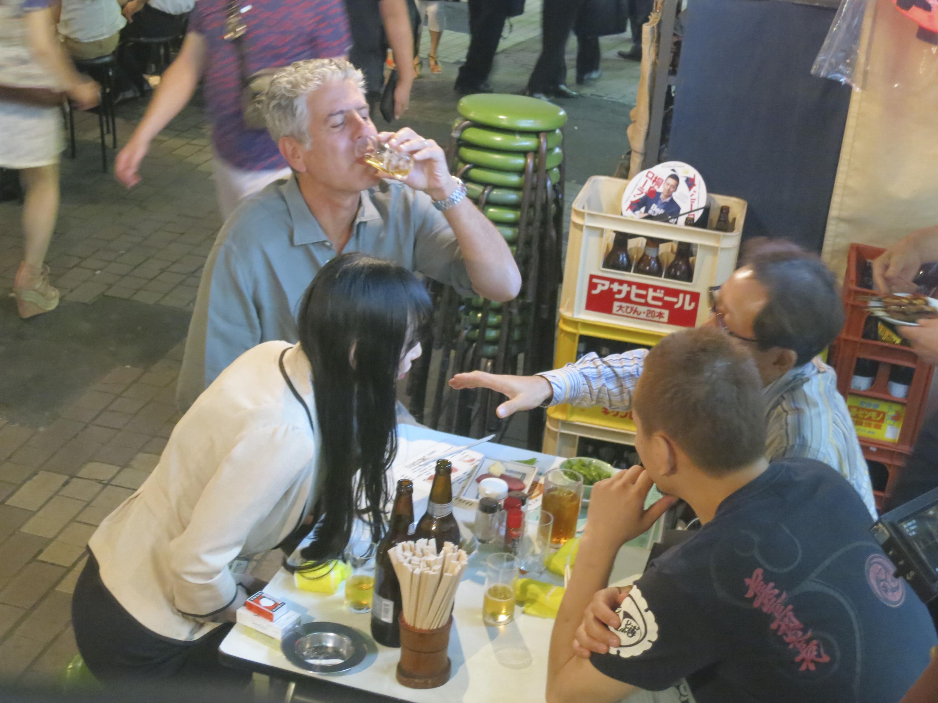 Bourdain drinking at Daitoryo with Kinoko Hajime, Tamika's partner, and Naga.