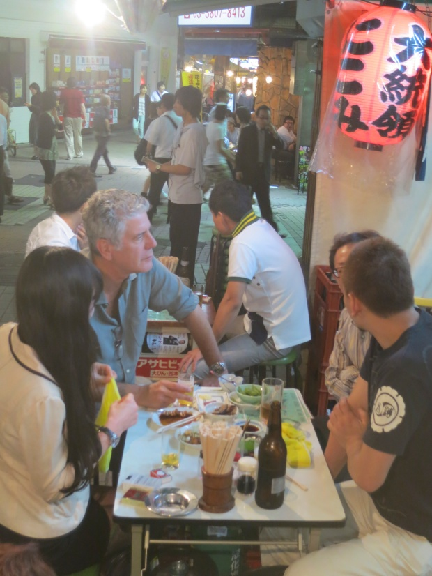Bourdain drinking at Daitoryo with Kinoko Hajime, Tamika's partner, and Naga.